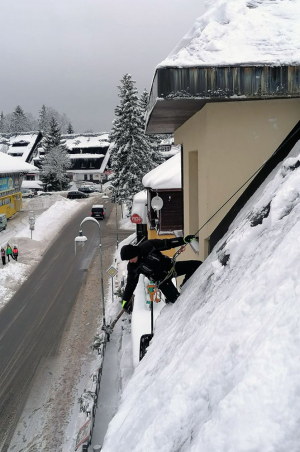 Úklid sněhu a rampouchů ze střech budov